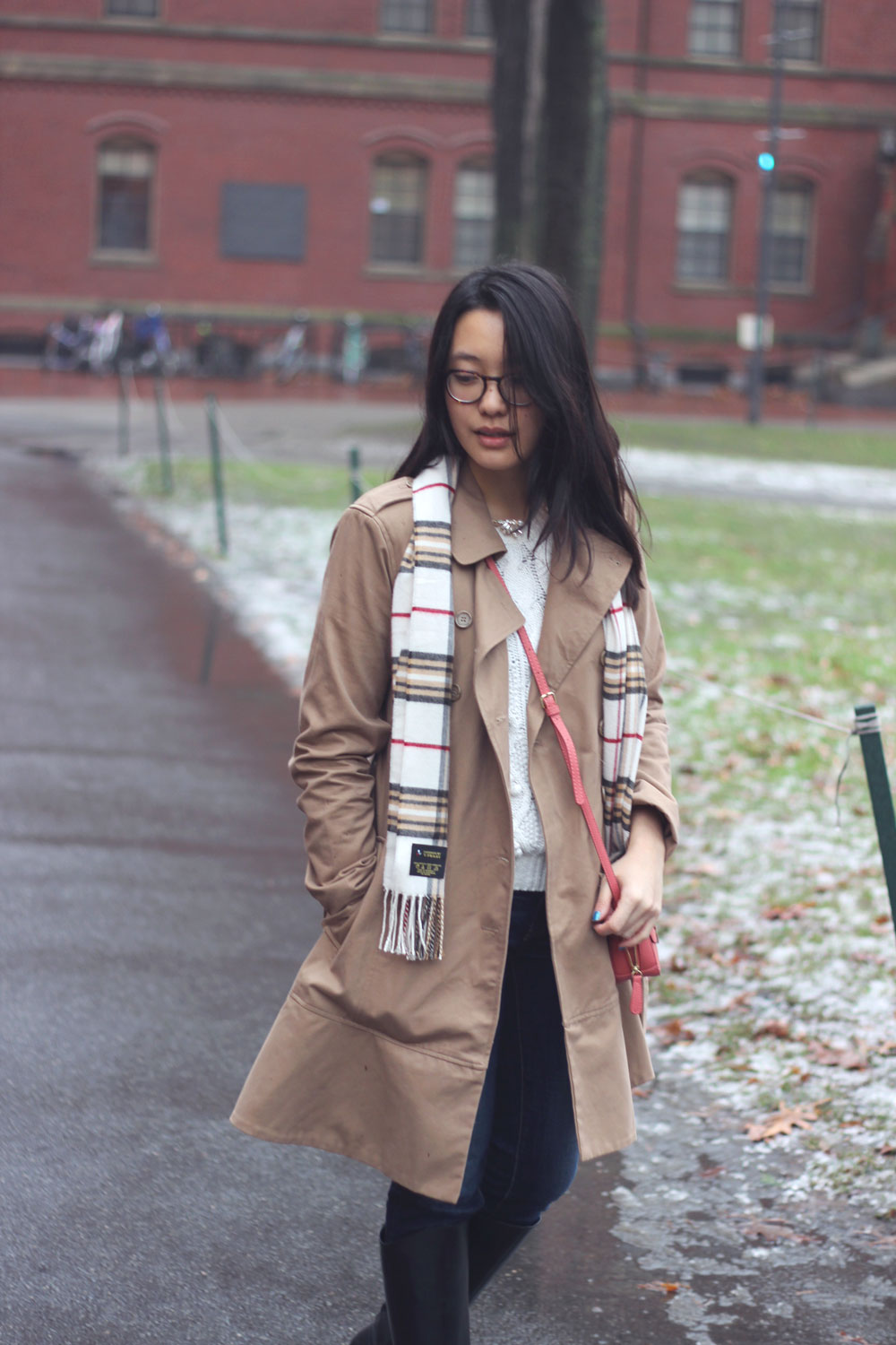 Classic combinations - Plaid scarf and trench coat with crossbody bag