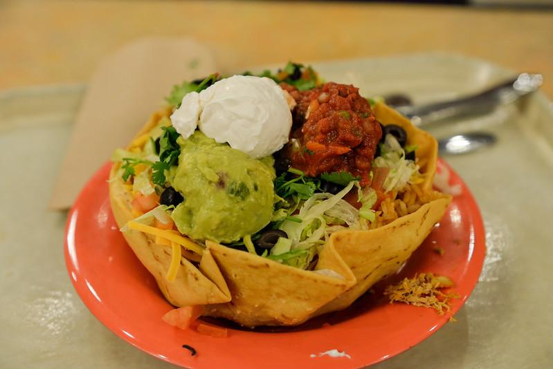 【Taco Salad】是有一些菜沒錯,但還是跟想像中的 salad 有點落差。外面的餅殼也是可以吃的。