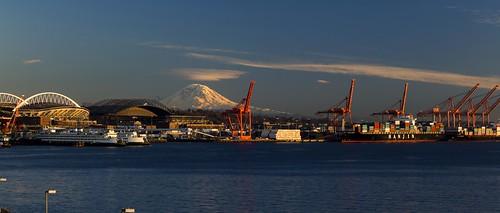 Mount Rainier and Seattle's waterfront from pier 66