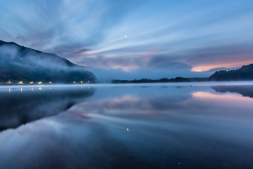 morning travel moon lake reflection fog sunrise landscape 日本 日出 月 倒影 朝日 山梨縣 山梨県 精進湖 弦月 朝霧 lakeshoji foggyscene