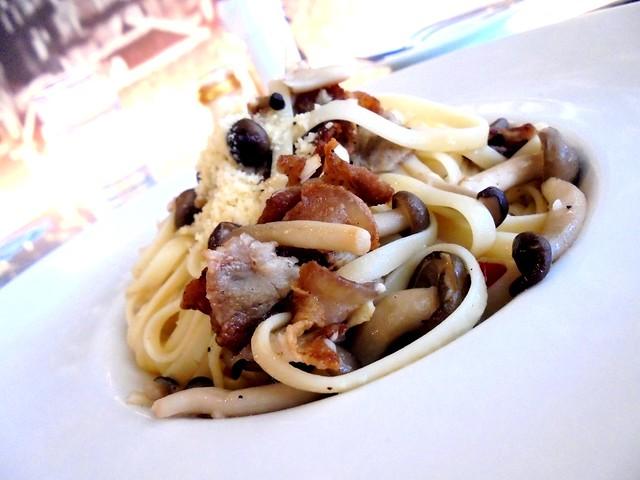 Bistecca & Bistro aglio olio bacon mushroom pasta