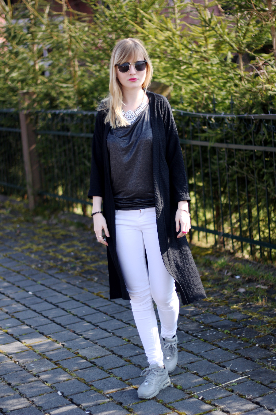 outfit-blonde-blogger-mondodellamoda-nike-black-staubmantel-statement-necklace-geburtstag