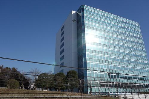 "Shibuya_16 ""キリン原宿本社ビル"" を撮影した写真。 線路の反対側から撮影したもの。 前面は全面ガラス張りとなっている。"