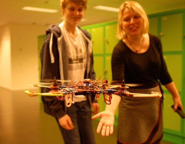 NOKO I LUFTA: Fagleiar Margreta Tveisme vart imponert over å sjå at Rasmus Brekke og resten av gruppa har lært seg å lage dronar på to dagar.