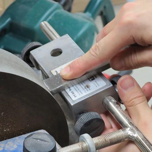 電動砥石を使った、刃の研ぎ方も学びました。