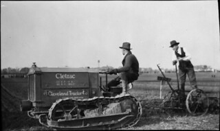 A modern tractor in a ploughing match at the Central Experimental Farm in Ottawa / Un tracteur moderne dans le cadre d'une compétition de labour à la Ferme expérimentale centrale d'Ottawa