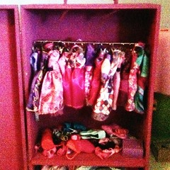 From ad old wine box to the new Barbie wardrobe! #daddy #kids #bricolage #family