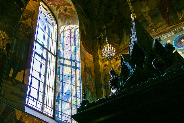 Sun light brighten angels, Church of the Savior on Blood, Saint Petersburg, Russia サンクトペテルブルク、血の上の救世主教会、天使を輝かせる窓の光