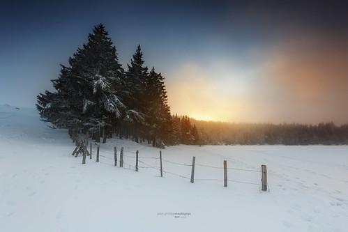 sunset lake night alpes amazing raw lac unesco nd neige nuages arbre auvergne glace reflects arverne enneigé brumes nd1000 servieres servière lacdeservière loubignac rawvergnat