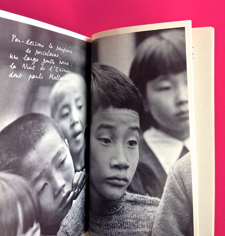 Roland Barthes, L'impero dei segni. Einaudi 1984. Illustrazione b/n a doppia pagina, la didascalia riproduce la grafia dell'autore e si sovrappone, in bianco, all'immagine, alle pag. 120 e 121 (part.), 1