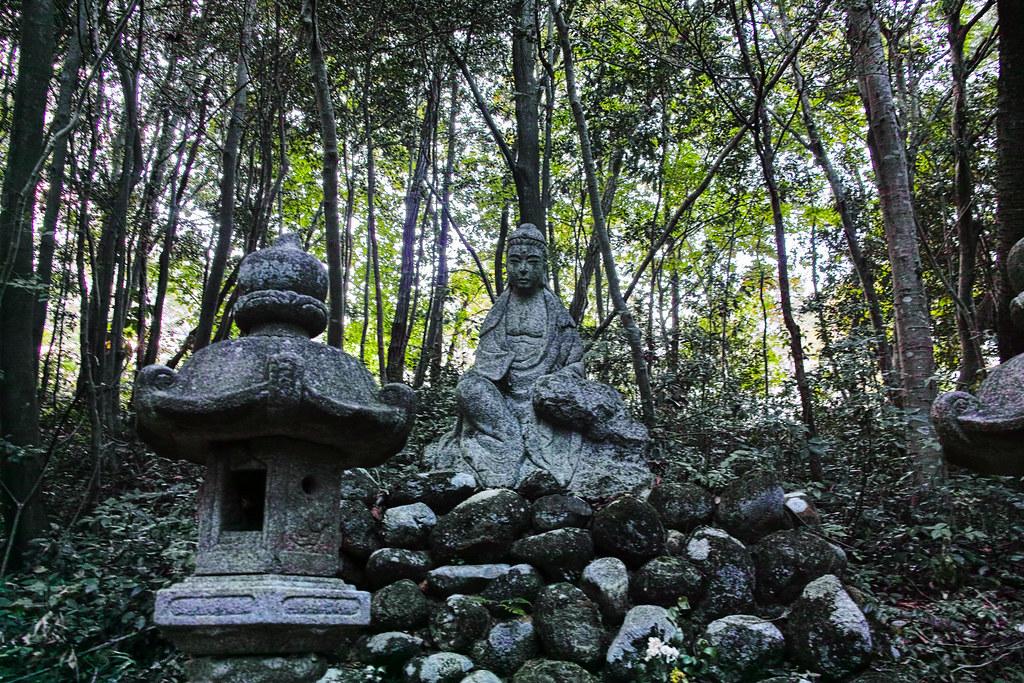 森の中に仏像がある