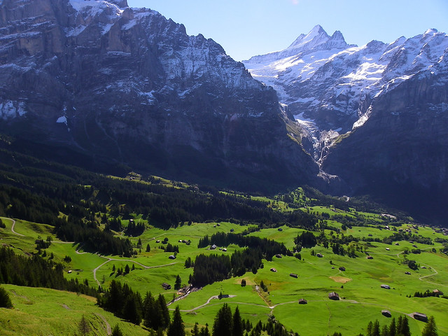 Valle de Grindelwald, en Suiza, con casitas pequeñitas en praderas verdes