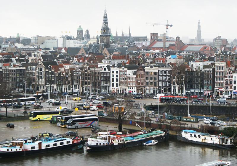 Vue sur la Vieille Ville d'Amsterdam depuis la bibliothèque près de la gare centrale (ou Centraal station).