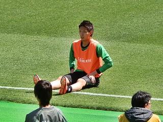 ストレッチをするためにゴールライン付近に座る杉本健勇選手。