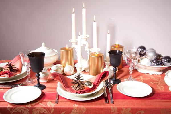 Tavola di Natale rossa e oro