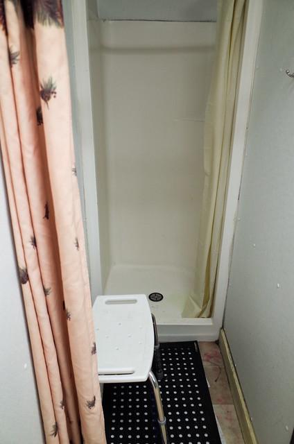 【淋浴間】空間有點狹窄,將就將就還行