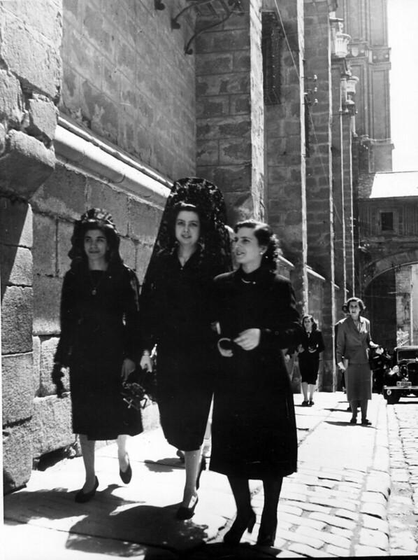 Mujeres junto al Arco de Palacio y la Catedral de Toledo en 1952. Fotografía de Erika Groth-Schmachtenberger © Universitätsbibliothek Augsburg