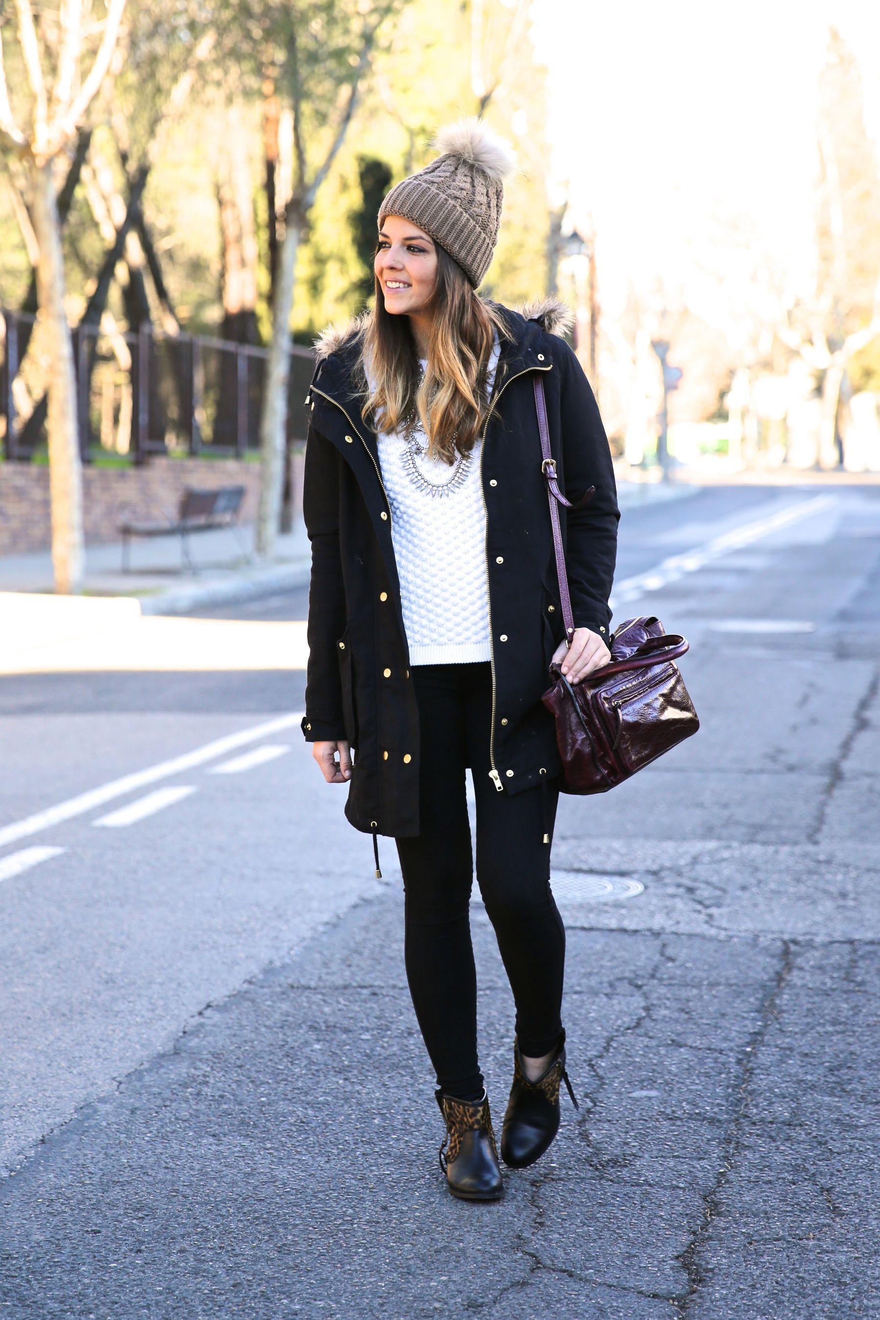 Look casual con parka, gorro de lana, jersey de punto, vaqueros negros y botines con animal print