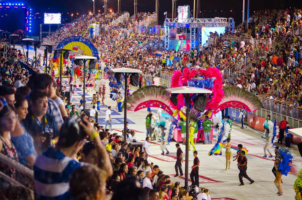 Los Corsos Encarnacenos en pleno desarrollo en el tercer fin de semana de Enero 2015, con la asistencia de miles de personas, saltando y bailando mientras el Club 22 de Setiembre realiza su presentación. (Elton Núñez)
