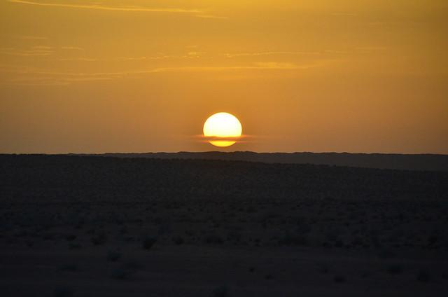 El sol a punto de atardecer en Túnez, en su desierto