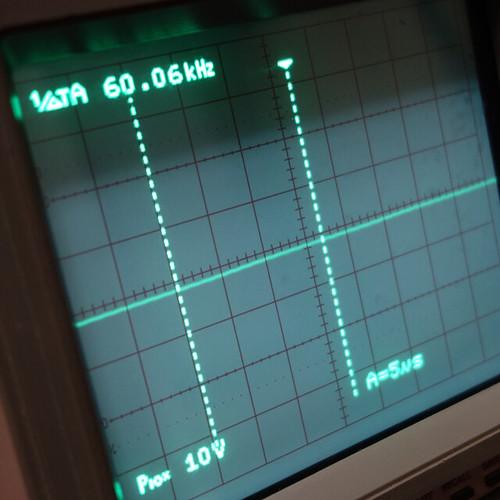 Oscilloscope_New Network Switch Off_Subwoofer Off_F60k_Pin5_1 オシロスコープの画面を撮影した写真。ノイズ波形が表示されている。