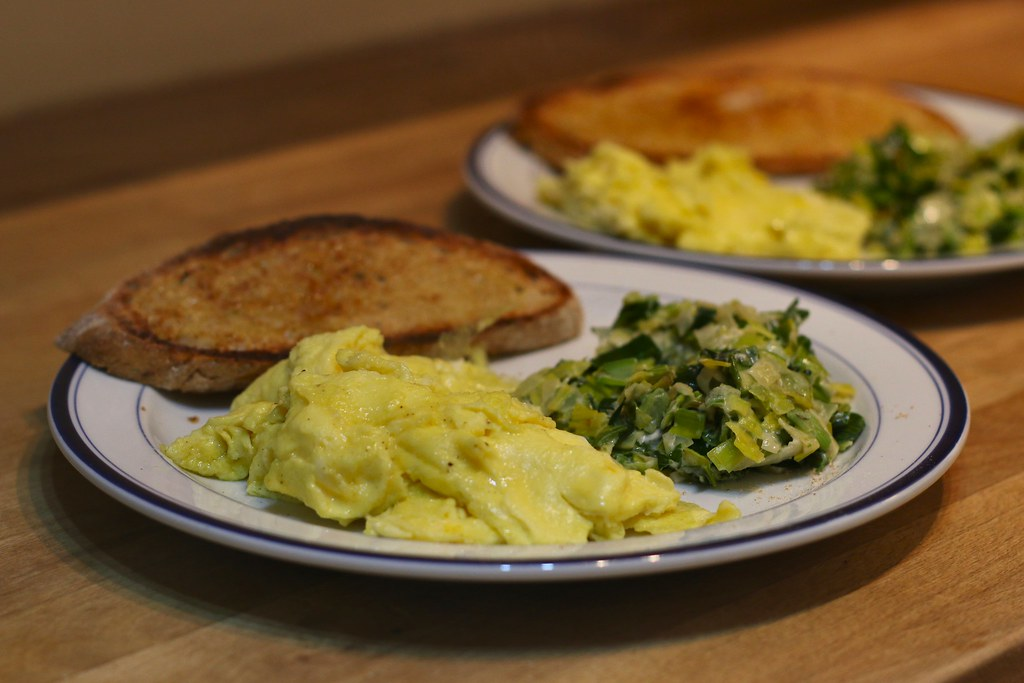 Creamy leeks with scrambled eggs and toast