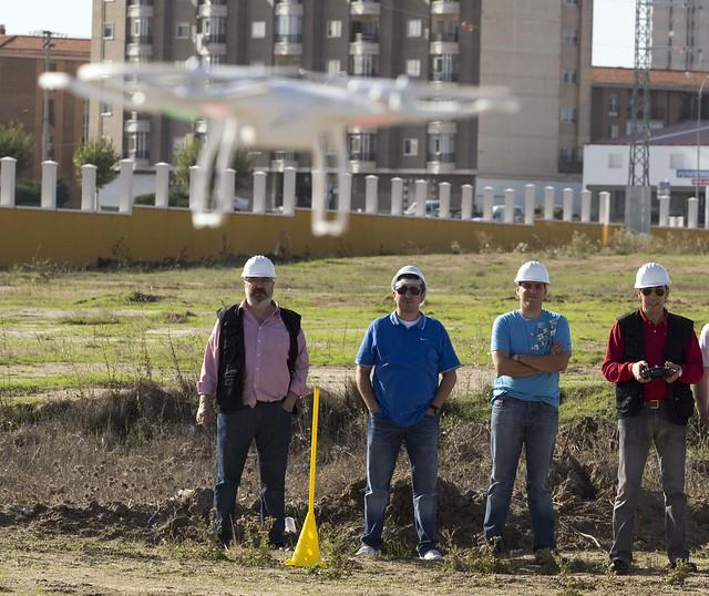 Los miembros de Sensei Multimedia, volando un drone