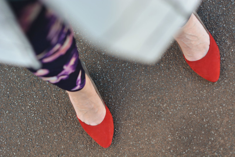 Spring style: Floral leggings with red heels