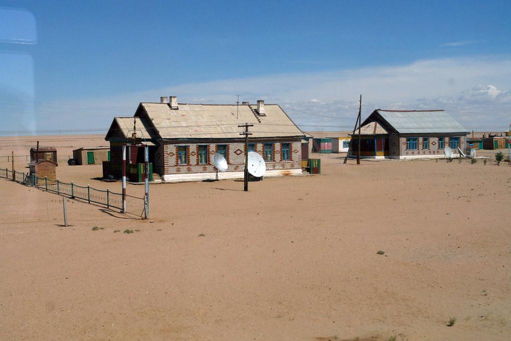 Casas con parabólicas junto a las vías