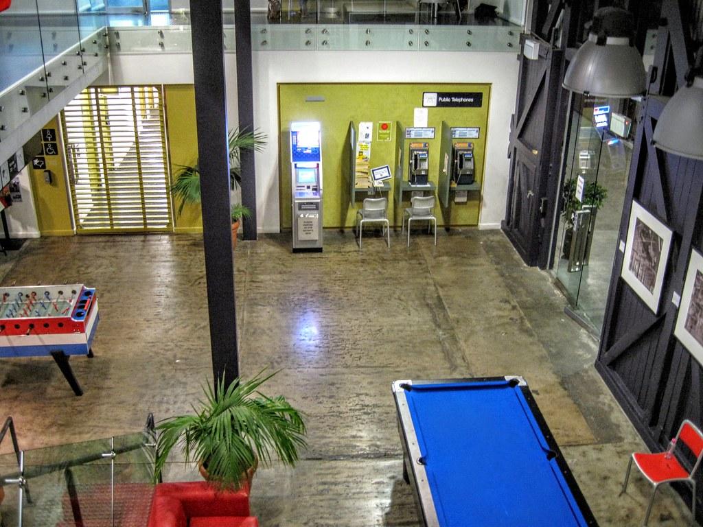 這是一樓交誼廳一景,有公共電話和一些遊樂設施
