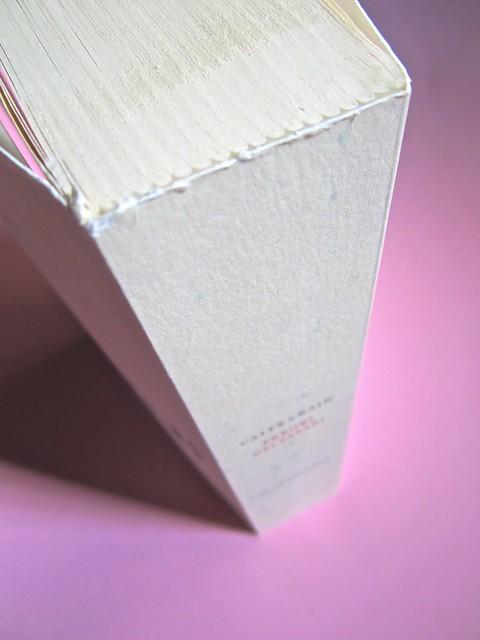 Errori necessari, di caleb Crain. 66thand2nd edizioni 2014. Progetto grafico: : Silvana Amato. Ill. alla cop.: P. d'Oltreppe. Taglio superiore, dorso (part), 1
