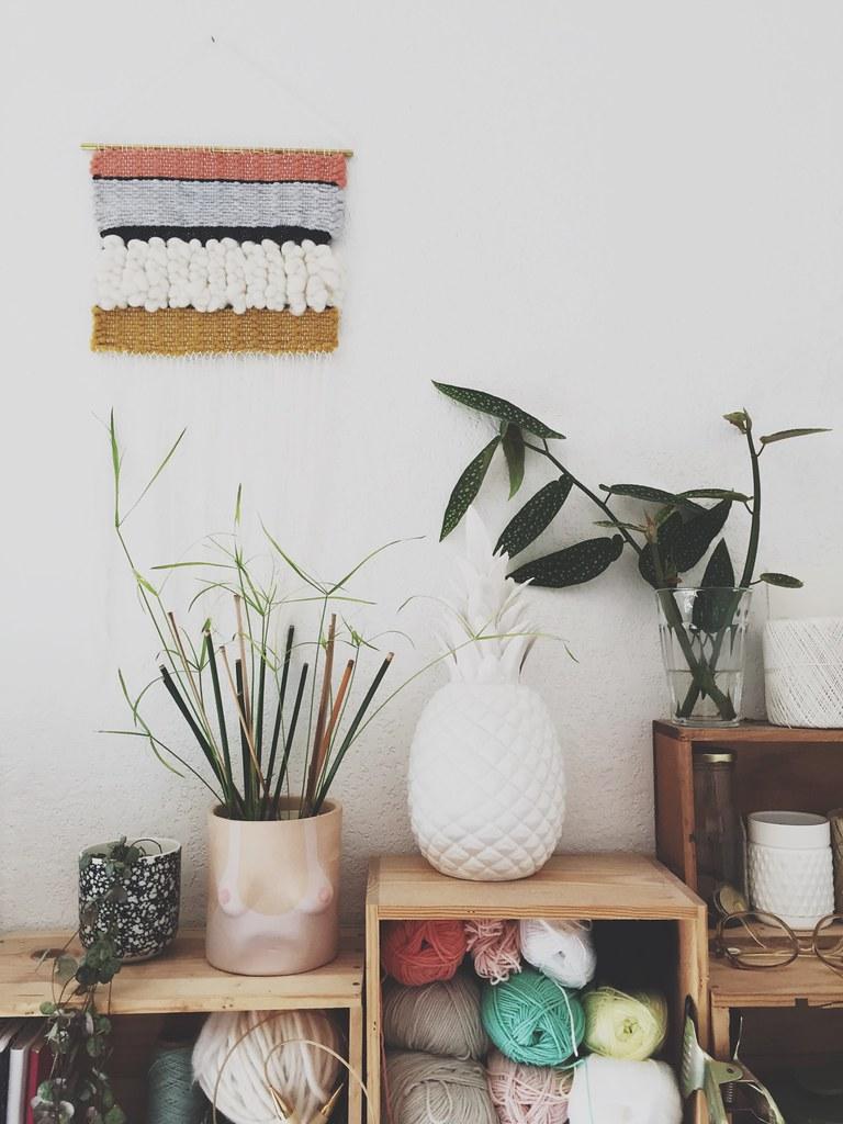 déco boho tissage mural et boutures de plantes vertes