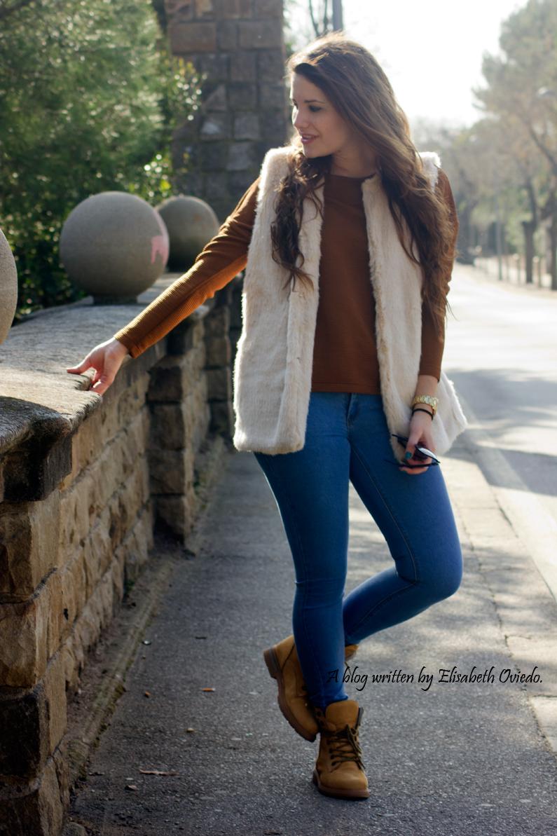 chaleco-de-pelos-blanco-jeans-y-botines-montaña-HEELSANDROSES-(8)