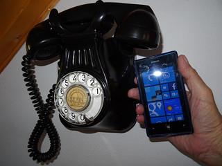 Teléfono antiguo y teléfono móvil