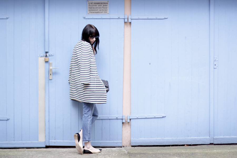 spring outfit striped coat mum jeans white shirt sailor asos joop fashion blue blau blaue jeans prada sunglasses sonnenbrille stylish modeblogger fashionblogger germany ricarda schernus blog cats and dogs 7