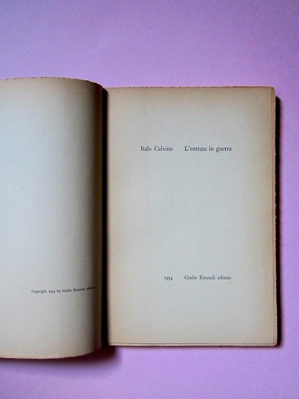 L'entrata in guerra, di Italo Calvino. Einaudi 1954. [Progetto grafico di Albe Steiner]. Colopho / verso della pagina dell'occhiello, frontespizio (part.), 1