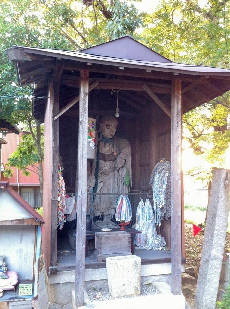 お堂の中に大きな仏像がある