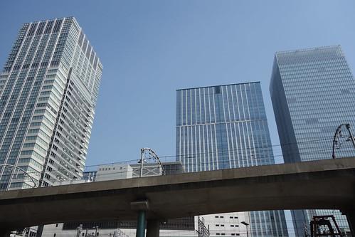 Tokyo_6 東京都丸の内の高層ビルディング群と高架の線路を撮影した写真。 ビルディング群の手前を線路の高架橋が横切っている。