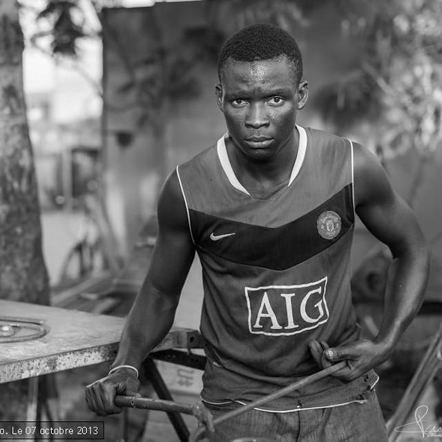 Reportagge au burkina faso dans la ville de ouagadougou en plein centre ville. Portrait d'un jeune chaudronnier. #metal #afrique #chaudronnier #soudeur #trvail