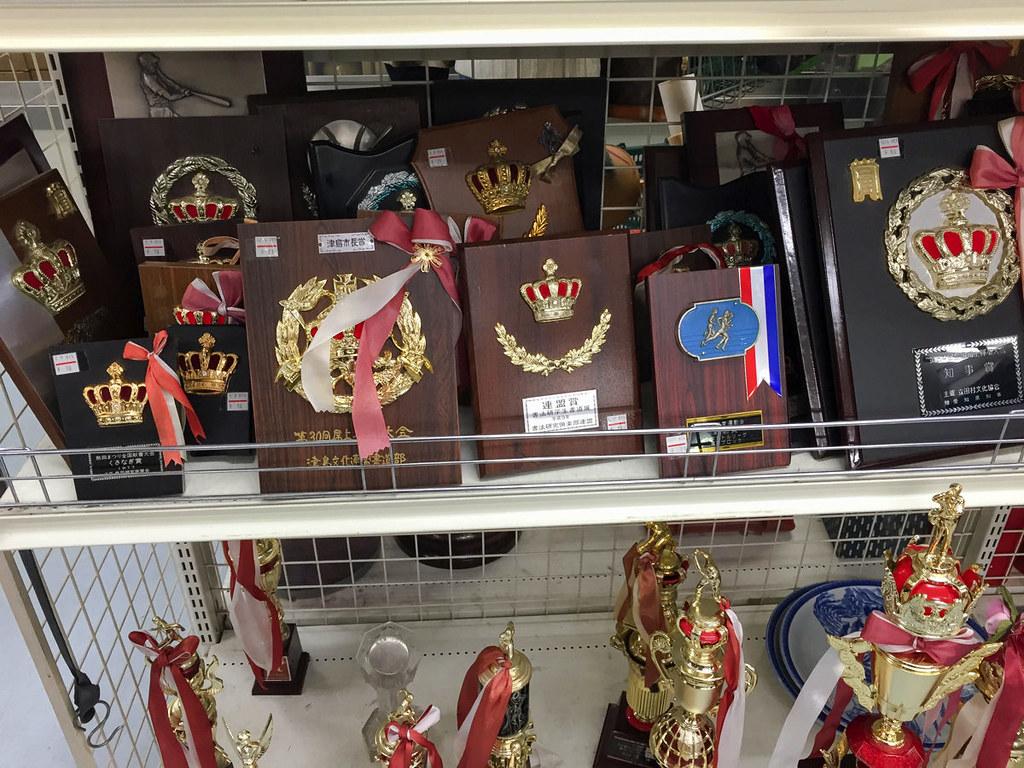 トロフィーと楯が売られている