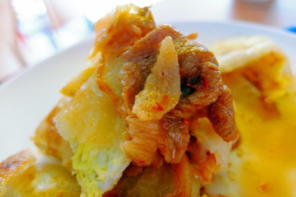 裡頭有一些肉片和泡菜...重點是麵糊蛋餅的皮很酥脆,頗好吃的