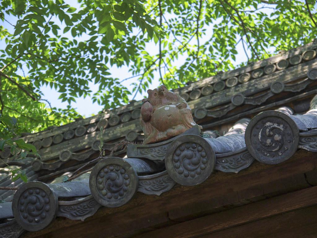 屋根の上にもたぬきの置物