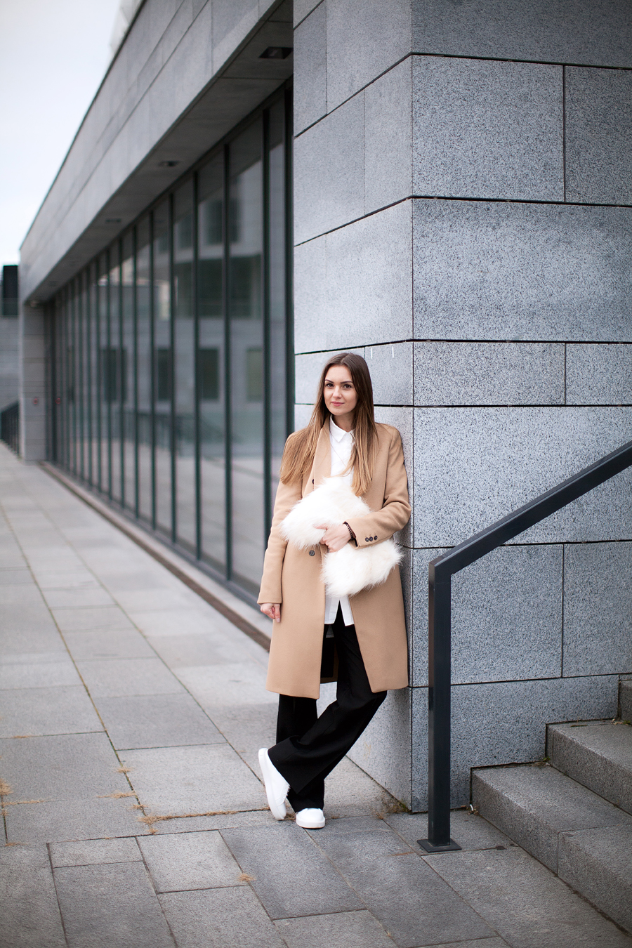 camel-coat-white-sneakers-look-street-style-outfit