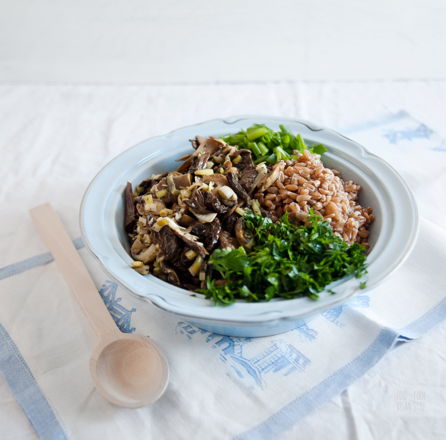 Spelt grains, marinated mushrooms and parsley salad