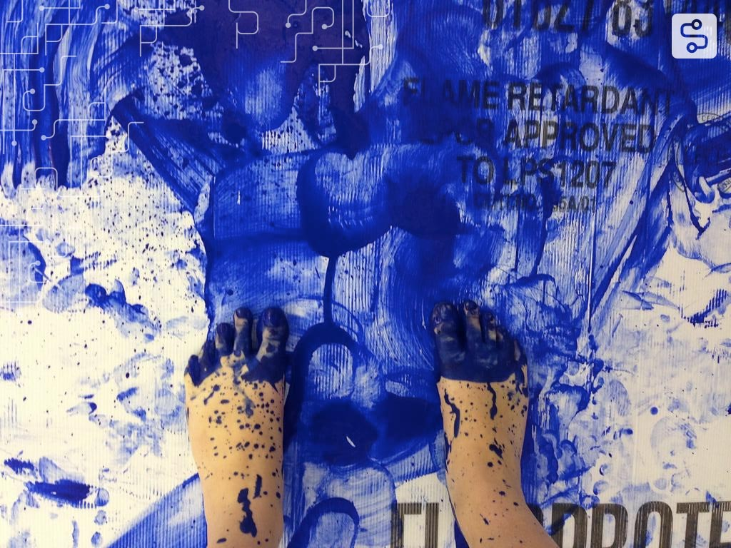 Painting performance, série de movimentos com tinta azul