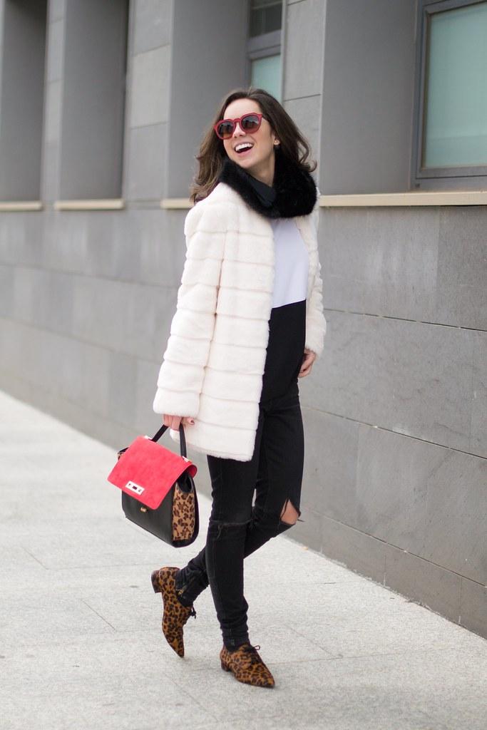 Cómo combinar blanco, negro y leopardo en tu look