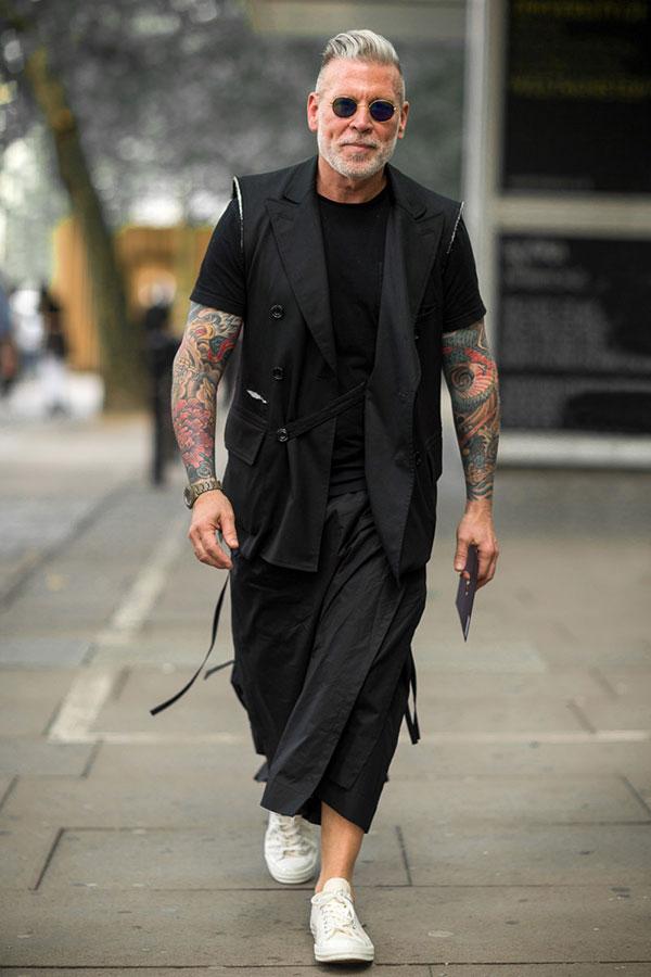 黒ノースリーブダブルジャケット×黒無地Tシャツ×黒巻きスカート×白ローカットスニーカー