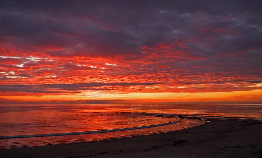 Playa del Conde en rojo amanecer