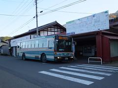 三峯神社行きの西武観光バス。駅前に乗場がある。待合室の中には出札窓口もあったが閉鎖されている。