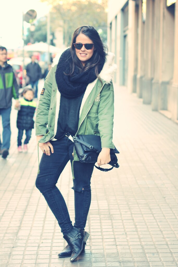Look total black + parka verde militar